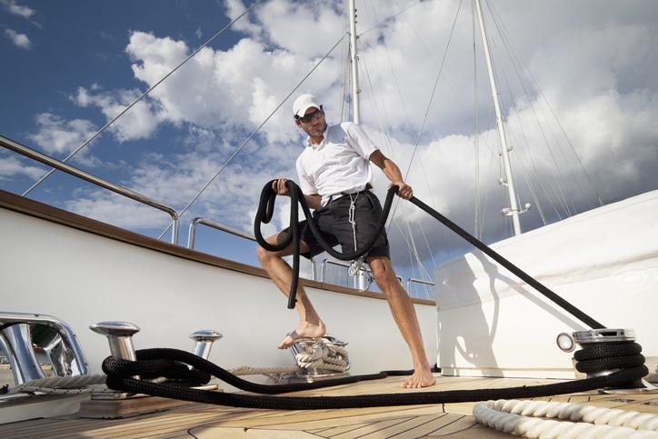 żeglarz na jachcie